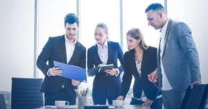 foto de pessoas reunidas, representando como abrir uma empresa EIRELI