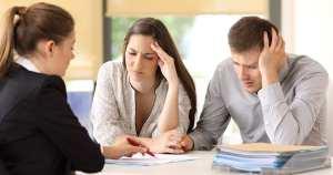 Imagem de dois empreendedores com cara de desespero para remeter ao texto que fala sobre como conseguir empréstimo para negativados