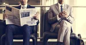 foto de duas pessoas lendo matérias para contadores