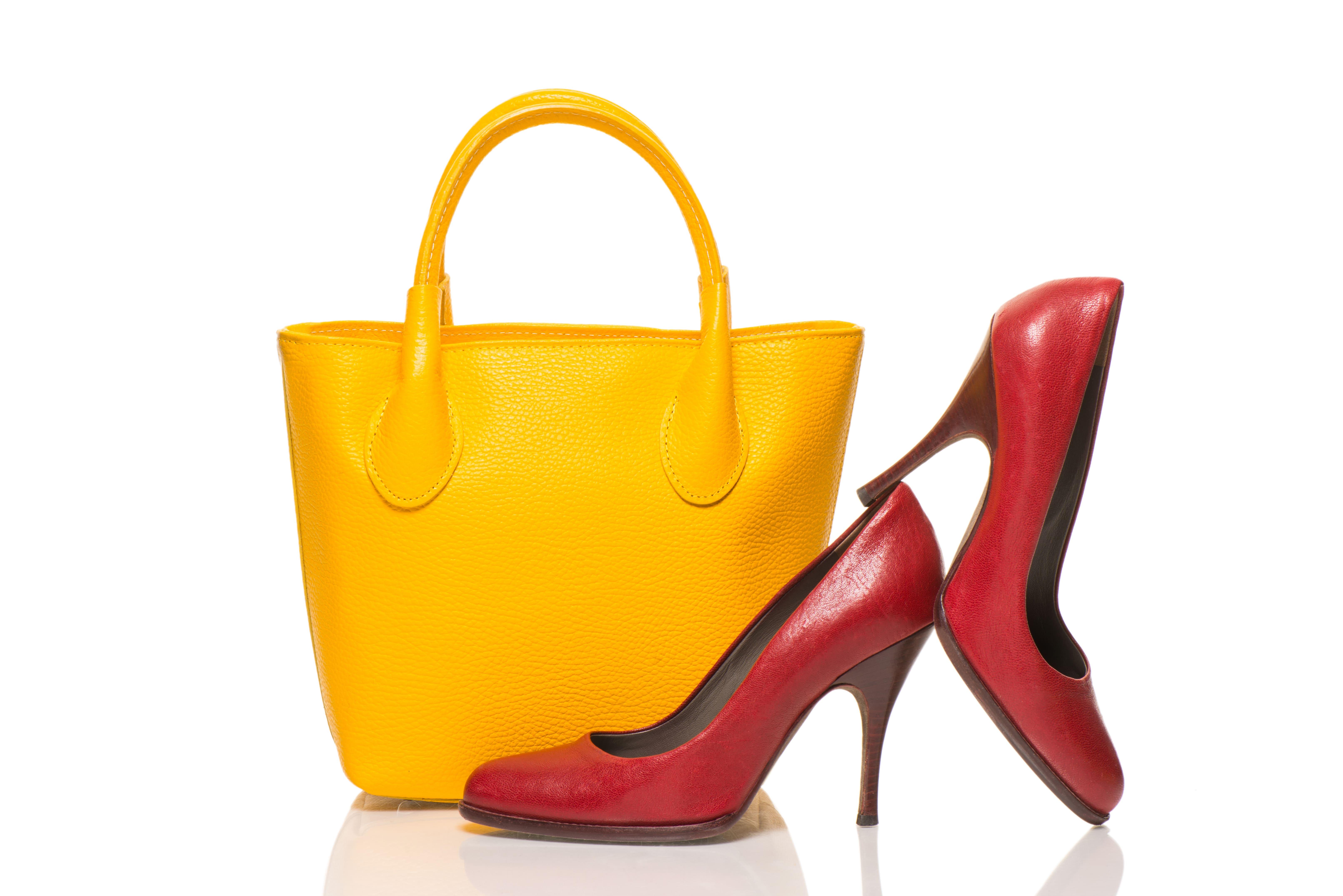 Imagem de uma bolsa e de um calçado para remeter ao empreendedor que deseja abrir uma loja de bolsas e calçados
