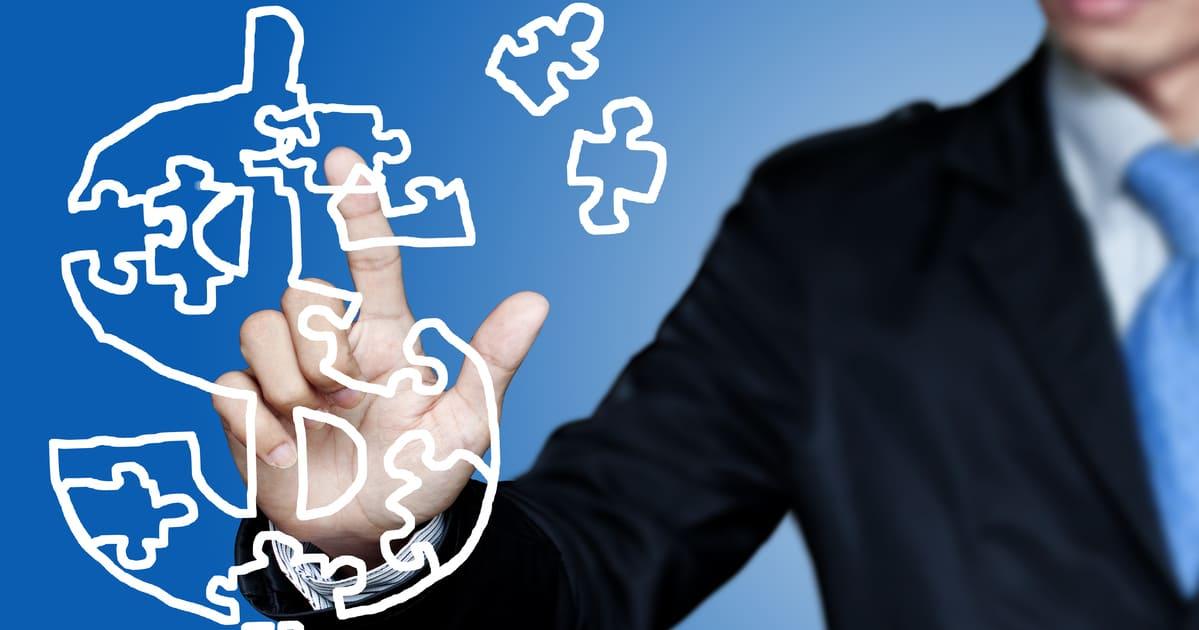 Foto de um empreendedor apertando o símbolo do dinheiro para inspirar quem deseja saber o que é política de preço