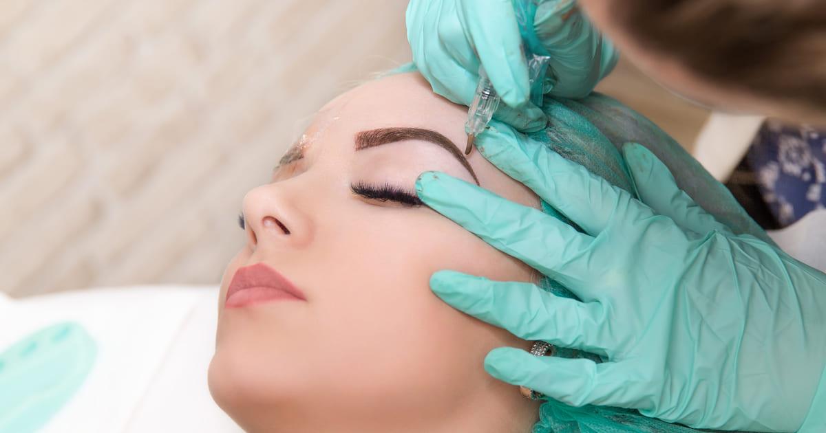 Imagem de uma mulher em meio a um procedimento para inspirar quem deseja montar um estúdio de design de sobrancelhas