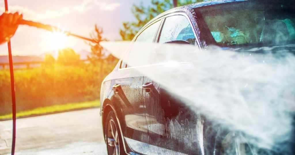 Imagem que representa um homem lavando um carro que serve para fazer a representação da contabilidade para lava-rápido