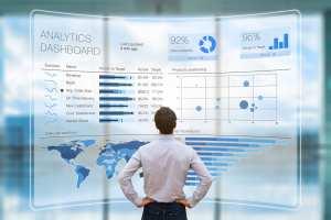 foto de um homem analisando dados, representando o que é business intelligence