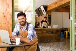 foto de um homem em frente a um café, representando como abrir uma mei