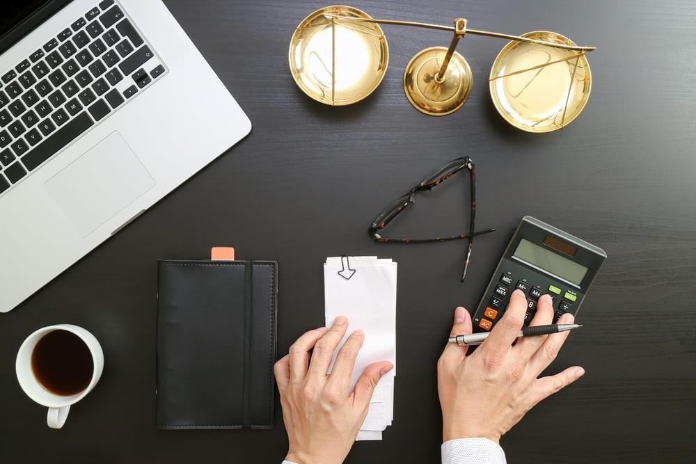 foto de cima de uma mesa de um profissional de contabilidade trabalhista