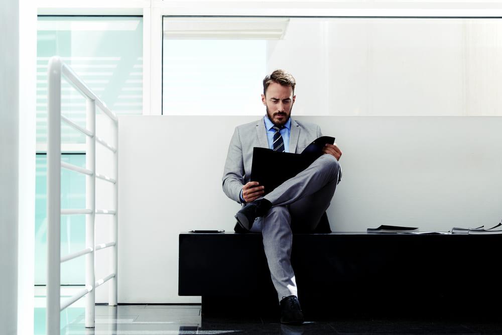 foto de um homem analisando uma Carteira de Clientes Contabilidade