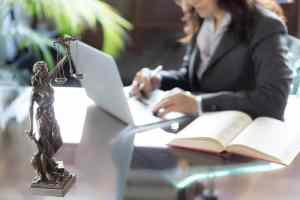 foto de uma advogada mexendo no notebook, representando a dúvida se advogado pode ser mei