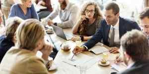Foto de pessoas conversando, representando como empreender em caldas novas