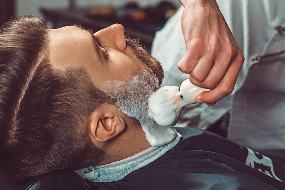 foto de um homem recebendo serviço de um mei barbeiro