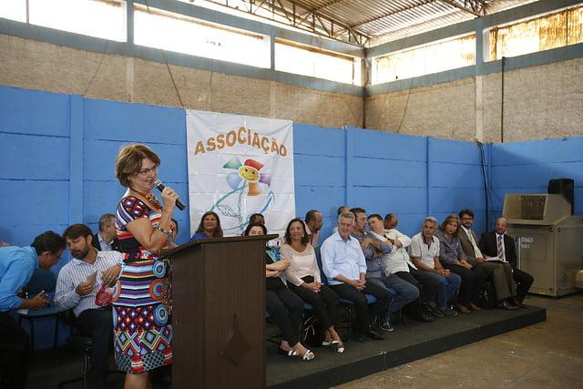 A coordenadora da CT Resíduos Sólidos da ABES e presidente do Serviço de Limpeza Urbana - SLU do Distrito Federal, Heliana Kátia Tavares Campos, durante evento de assinatura dos contratos, em Ceilândia - DF.