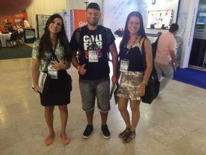 Jovens em Cartagena: Priscila Fardin e Brunela dos Santos Neves, ambas da ABES-ES, e Victor Fernandez Nascimento, do IMPE de S. José dos Campos, que pretende se associar à ABES: todos apresentando trabalhos