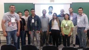Jovens da plateia e o palestrante Thomas Ribeiro de A. Ficarelli