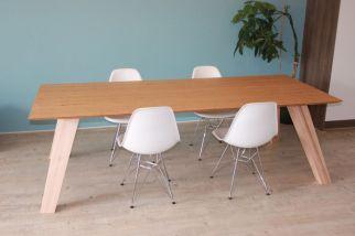 maatwerk tafel maatwerk meubels bamboe bamboo esdoorn schuine poten schuine rand verjongd massief meubelmaker design nijmegen ontwerp