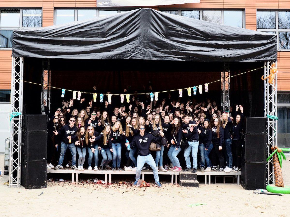 Die Abschlussstufe des Gymnasiums Wolbeck freut sich über eine gut gefüllte Abikasse. (Foto: Pressebild)