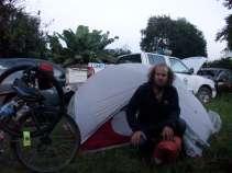 camping dans la cour d'un commissariat qui apparemment sert aussi de casse