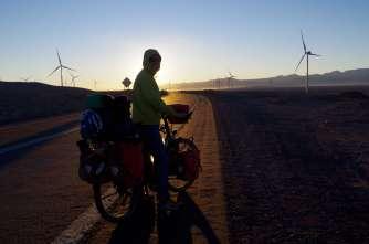Est-ce pour compenser les dégâts faits par la mine à côté de Calama, la plus grande exploitation minière à ciel ouvert au monde, qu'ils ont installé des dizaines d'éoliennes et un champ de panneaux solaires à proximité de la ville?