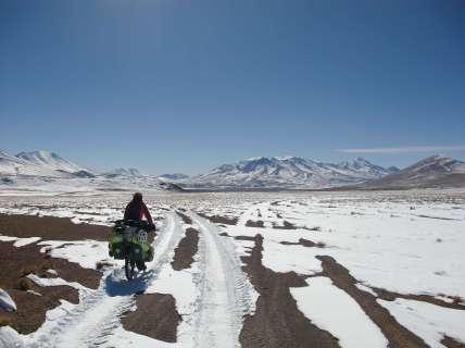 Après une dernière tentative pour avancer, où même pousser les vélos était trop dur dans le sable et la neige molle, on décide de faire demi-tour... on aura essayé!