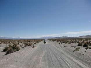 La plaine, immense, à traverser pour rejoindre le pied du Sajama