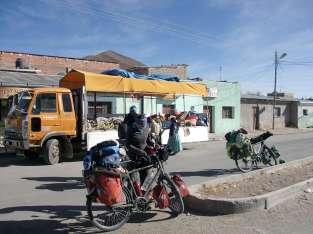 Le camion de fruits racoleur qui ventait les mérites de ses mandarines et de ses bananes; il ne nous en fallait pas tant!