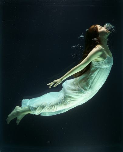 Girl underwater picture.
