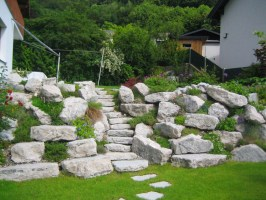 Gartengestaltung Mit Steinen Und Rindenmulch Am Hang Für ...
