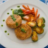 Fishcakes con Gremolata de Rúcula y Verduras Salteadas