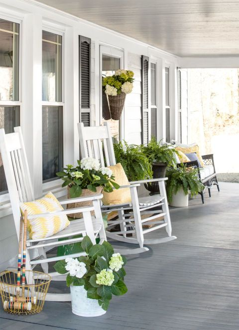A pretty mix of yellow and greens on this spring front porch. #spring #springporch #springdecorating #springfrontporch