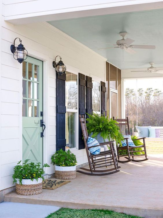 Such beautiful rustic touches! #spring #springporch #springdecorating #springfrontporch