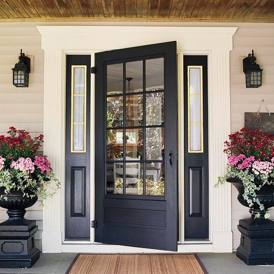 Matching urns to the door color is just gorgeous!! #spring #springporch #springdecorating #springfrontporch
