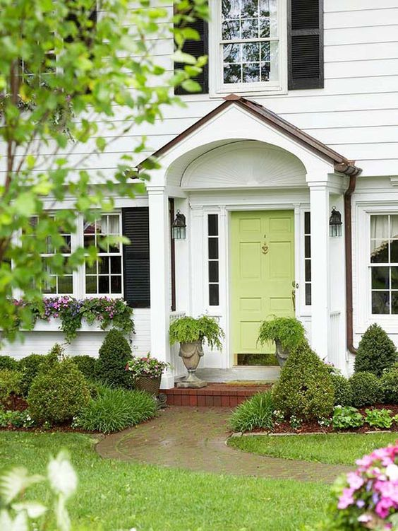 Such a gorgeous pop of color on this spring door. #spring #springporch #springdecorating #springfrontporch