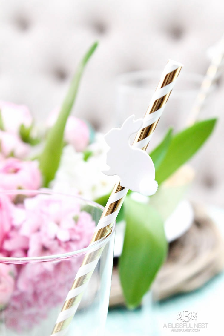 Love these bold and colorful Easter table decor ideas! See more on https://ablissfulnest.com/ #easter #eastertable #easterdecor