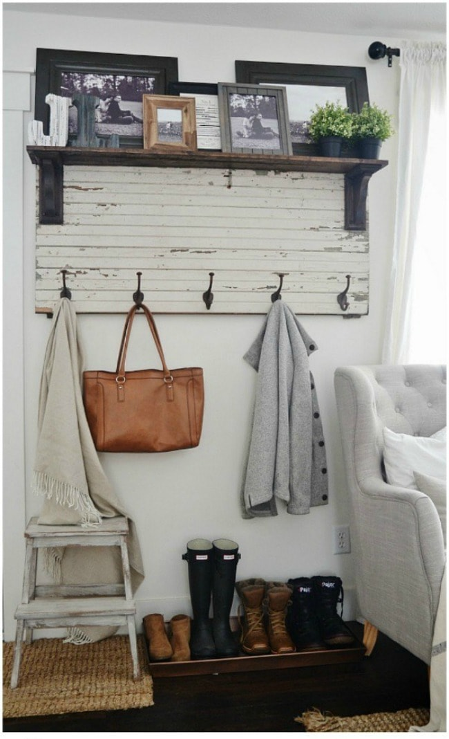 Adore this fall entryway by Liz Marie. Grab the best fall entryway ideas on https:ablissfulnest.com/ #falldecor #falldecorating #fallentrydecor
