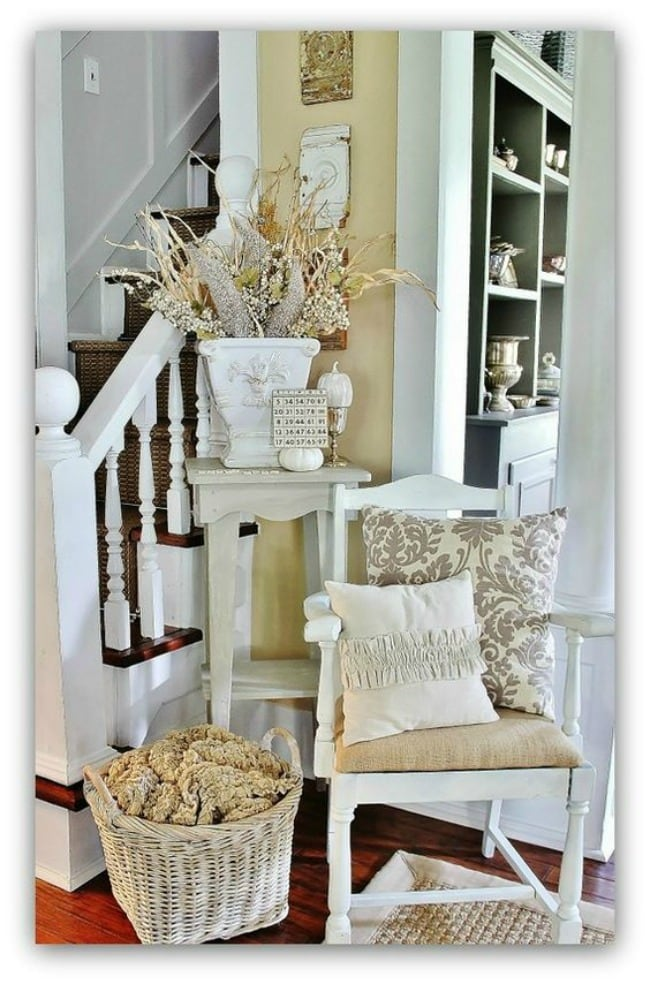 Adore this fall entryway by Thistlewood Farms. Grab the best fall entryway ideas on https:ablissfulnest.com/ #falldecor #falldecorating #fallentrydecor