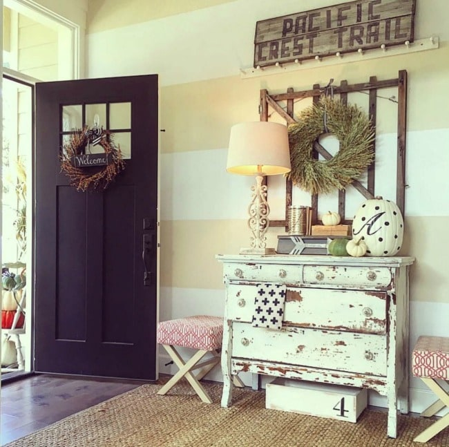 Adore this fall entryway by Yellow Prairie. Grab the best fall entryway ideas on https:ablissfulnest.com/ #falldecor #falldecorating #fallentrydecor