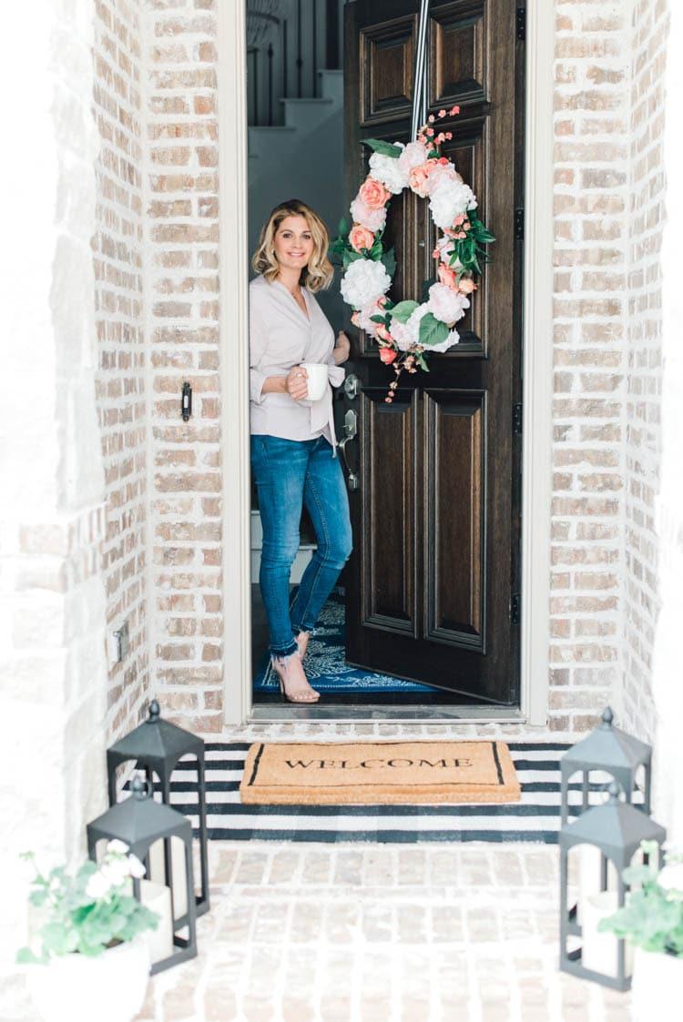 Adding pop of pinks a a DIY wreath makes this spring porch pop! #springporch #springfrontporch #springdecorating #springdecoratingideas