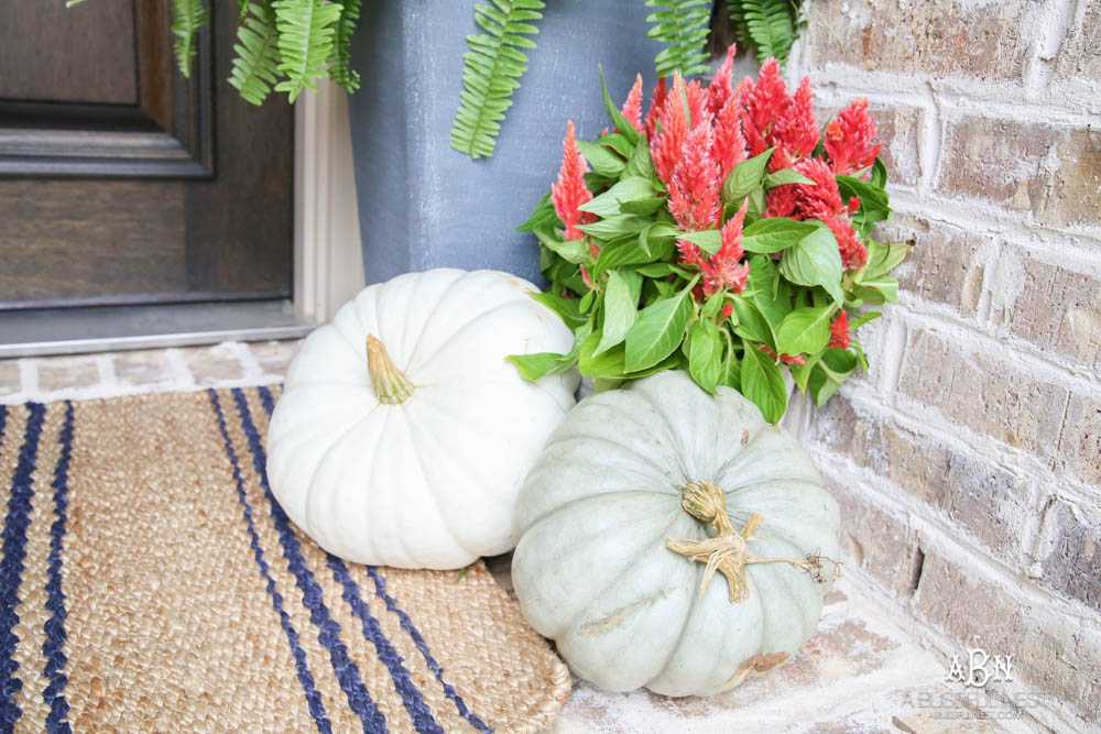 Gorgeous amber touches in this fall entry! Full sources on ablissfulnest.com #falldecor #fallentry #ABlissfulNest