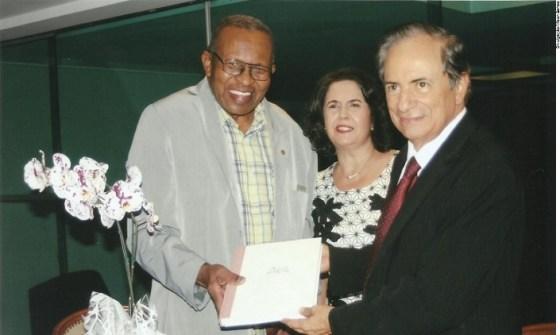 O jornalista Wilsom Miranda (presidente da Associação Mineira de Imprensa) com o escritor Roque Camêllo e sua esposa, a jornalista Merania Oliveira