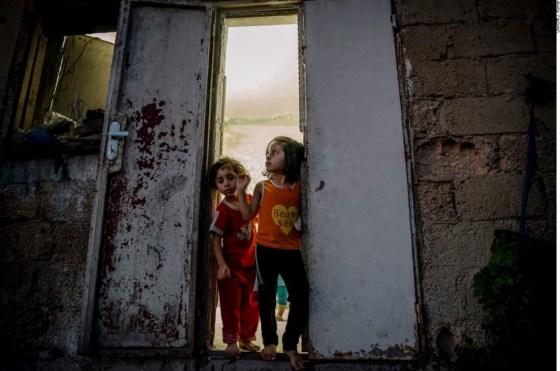 A refugiada Síria Mais, e sua irmã mais nova, Anaghem em Amã, na Jordânia, nesta foto de arquivo em 2014