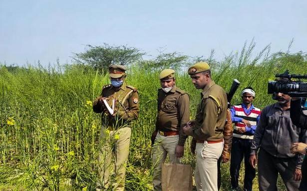 बड़ी संख्या में पुलिस कर्मियों की मौजूदगी के बीच उन्नाव की लड़कियों को दफनाया गया