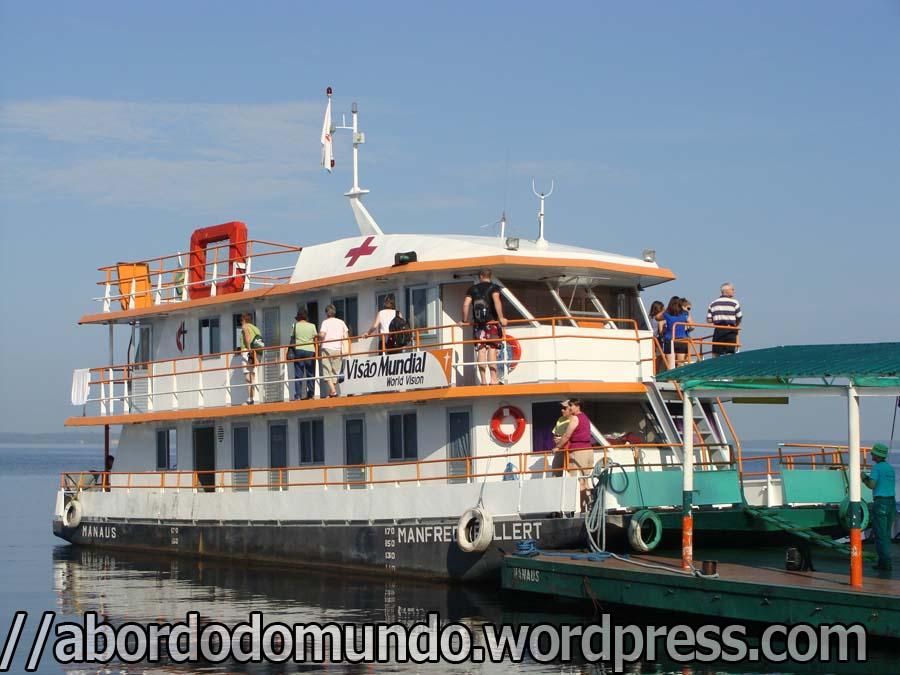 O barco hospital, da Igreja metodista, percorre o rio atendendo a população ribeirinha