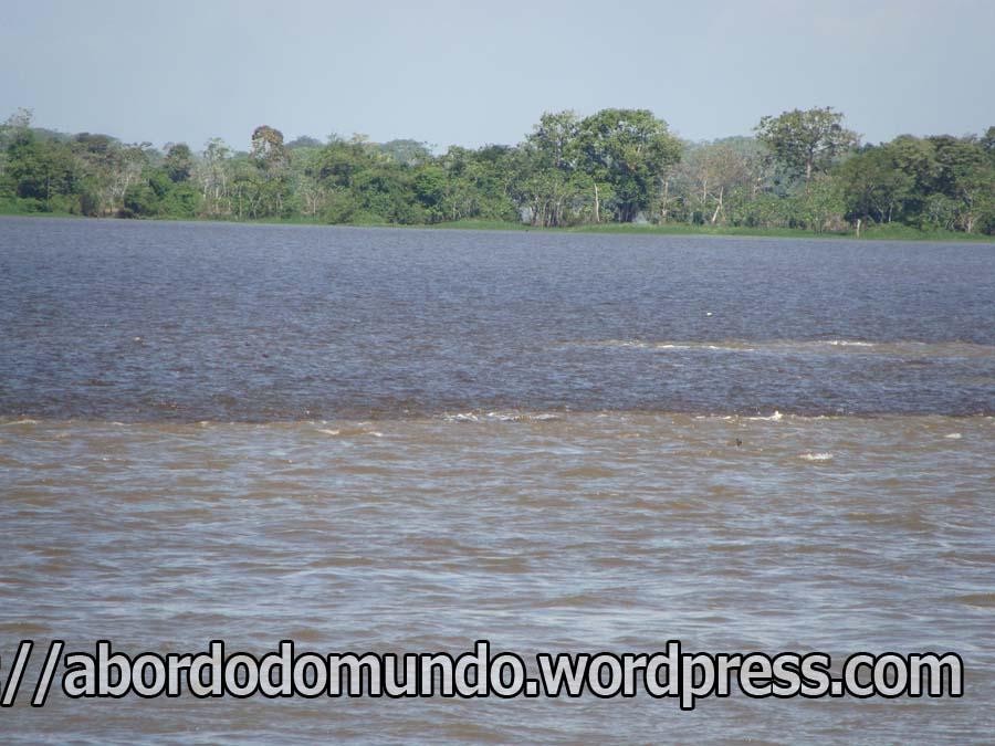 Encontro das águas: o rio negro e o solimões percorrem alguns kilometros juntos até se juntarem totalmente, formando o rio Amazonas