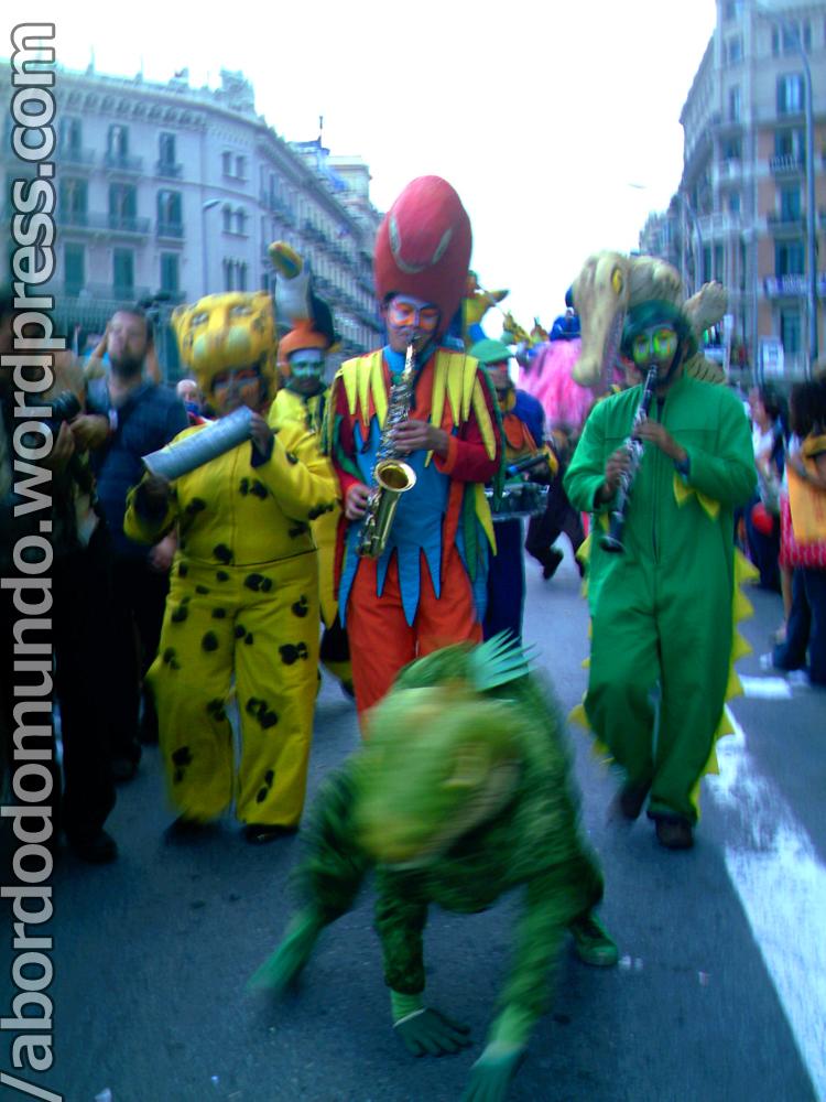 La Mercè 2006: músicos fantasiados desfilando pelas ruas