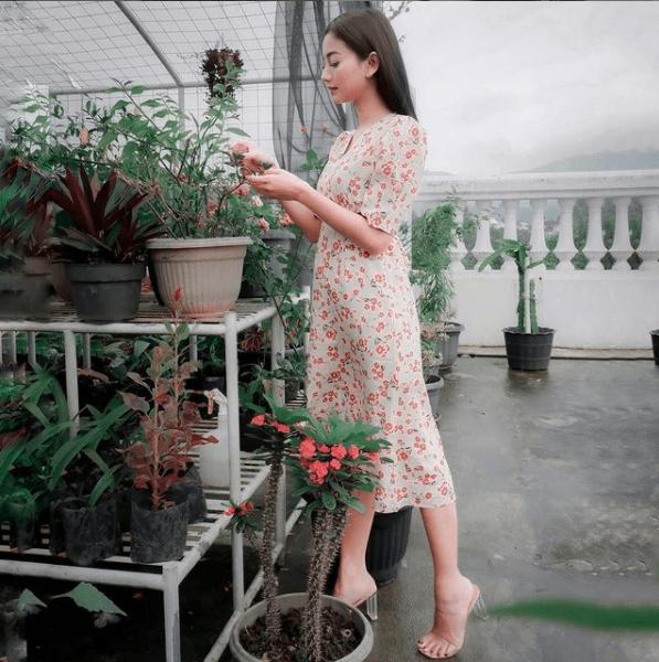 Gaun-Floral-yang-Match-Dengan-Latarnya