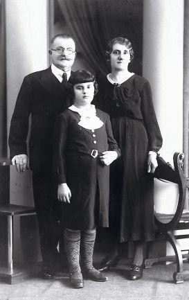 Uribe se adentró en la historia de Carmen Cundín Gil, que posa junto a sus abuelos adoptivos, y del hombre que la acogió. / Amsab-Institute of Social History-Collection Carmen Mussche