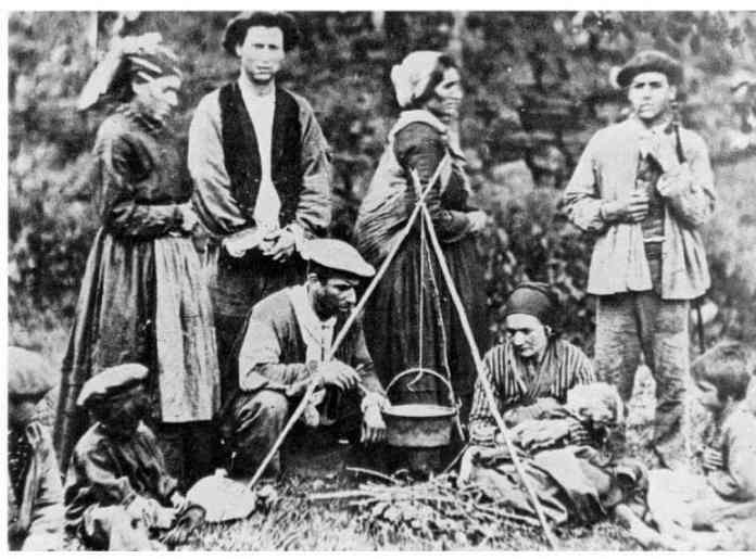 Family of Basque Gypsies at the beginning of the 20th Century (Auñamendi Encyclopedia)