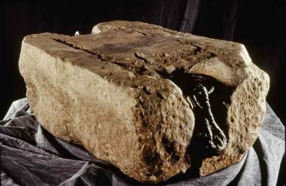 La Piedra del Destino, Un símbolo de Escocia, donde los reyes escoceses fueron coronados desde el siglo IX hasta el siglo XIII cuando un rey inglés la robó. Em 1950 fue robada de Londres pro nacionalistas escoceses. Recuperada en 195q, volvió a Escocia en 1996 La Piedra del Destino, Un símbolo de Escocia, donde los reyes escoceses fueron coronados desde el siglo IX hasta el siglo XIII cuando un rey inglés la robó. En 1950 fue recuperada nacionalistas escoceses que se la llevaron de Londres a Escocia.Volvió a la capital inglesa en 1951. Fue oficialmente devuelta a Escocia en 1996