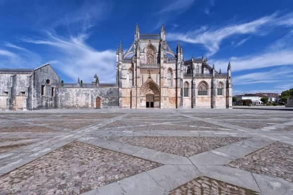 ¿Es esta la Catedral de Santa maria de Vitoria-Gasteiz? No. Es Monasterio de Batalha en Portugal