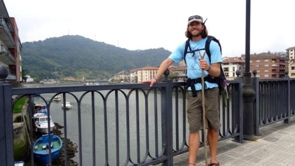 Kent Halliburton en Orio durante su recorrido del Camino de Santiago por la Costa Vasca