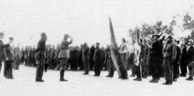 De Gaulle saludando militarmente a la Ikurriña tras la batalla de Point de Grave